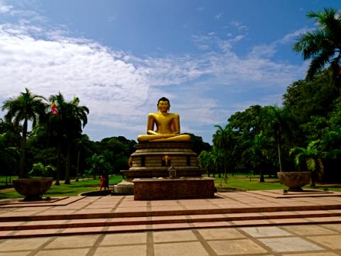 Buddha Statue im Viharamahadevi Park in Colombo
