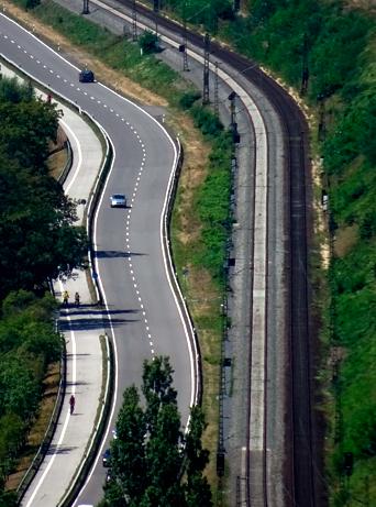 Blick vom Rheinsteig auf die Rheintalverkehrswege