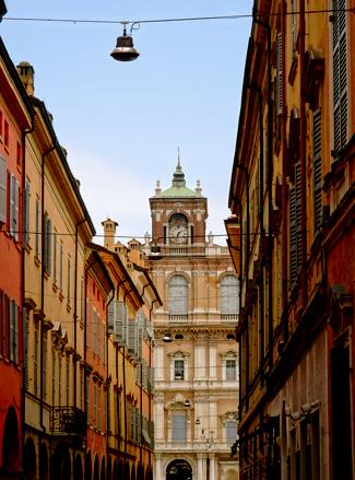 Modena: Straßenzug mit Blick auf den Palazzo Ducale
