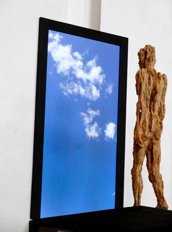 """Die Skulptur """"Vom Traum, alles hinter sich zu lassen"""" von Andreas Kuhnlein  in der St. Josephskirche in der Maxvorstadt"""