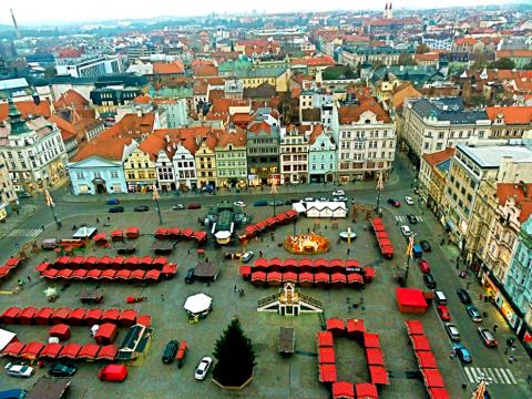 Blick auf den Weihnachtsmarkt Pilsen