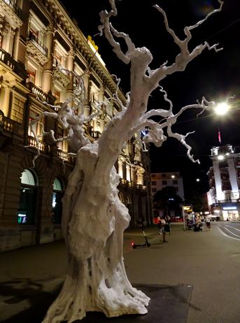 Baumplastik auf dem Zürcher Paradeplatz