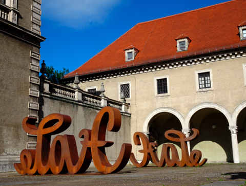 Love/Hate-Skulptur am Landesmuseum