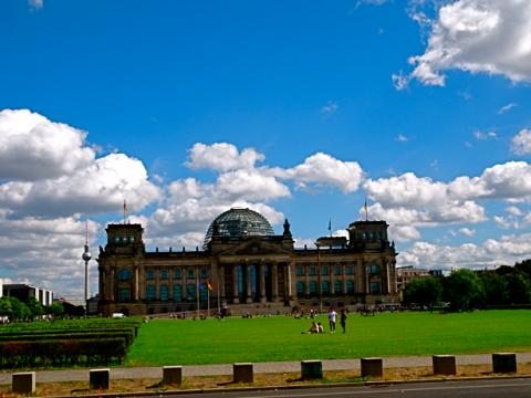 Berliner Reichstag mit Fernsehturm