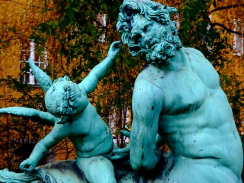 Zentaur-Statue im Rosengarten der Borstei München