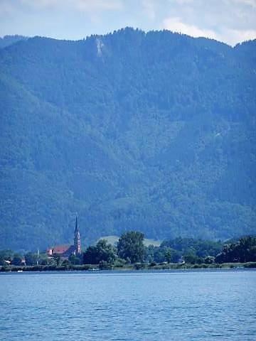 Blick auf die Kirche von Übersee vom Chiemsee