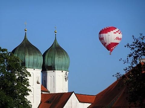 Fesselballons über Kloster Seeon
