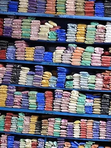Textilfarben in einem Souk in Chefchaouen
