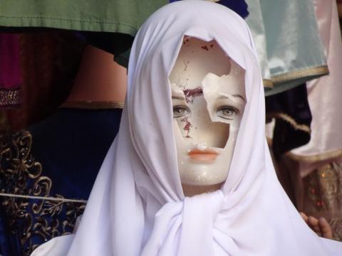 Zerstörte Schaufensterpuppe im Souk in der Medina von Fez
