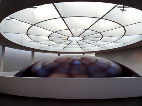 Oberster Teil der Installation HOWL im Lichthof der Pinakothek der Moderne